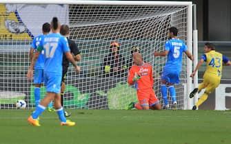 Italian forward of Chievo, Alberto Paloschi (R), scores the goal during the Italian Serie A soccer match AC Chievo vs SSC Napoli at Bentegodi stadium in Verona, Italy, 31 August 2013.ANSA/VENEZIA