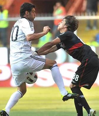 Il giocatore del Genoa Mattia Perin (d) e il giocatore del Cesena Erjon Bogdani (s) in una azione di gioco, questo pomeriggio 22 maggio 2011.-ANSA/LUCA ZENNARO-