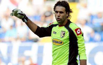 ROME, ITALY-  SEPTEMBER 27:  Salvatore Sirigu goalkeeper of Palermo issues instructions during the Serie A match played between SS Lazio and US Citta di Palermo at Stadio Olimpico on September 27, 2009 in Rome, Italy.  (Photo by Tullio Puglia/Getty Images)