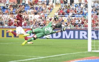 L'attaccante della Roma Mattia Destro realizza il gol durante la partita Roma-Cagliari allo stadio Olimpico di Roma, 21 Settembre 2014ANSA/LUCIANO ROSSI/AS ROMA
