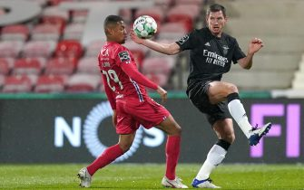 epa08896507 Gil Vicente player Samuel Lino (L) vies for the ball with Benfica player Jan Vertonghen (R) during the Portuguese First League soccer match between Gil Vicente and Benfica held at Cidade de Barcelos Stadium in Barcelos, Portugal, 20 December 2020.  EPA/HUGO DELGADO