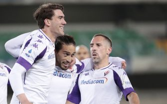 Fiorentina's Martín Cáceres (C) celebrates with his teammates Dušan Vlahovi? and Franck Ribéry (R) after scoring the goal 0-2 during the Italian Serie A soccer match Hellas Verona vs Fiorentina at Marcantonio Bentegodi stadium in Verona, Italy, 20 April 2021. 
