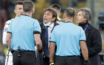 epa08778796 Head coach Antonio Conte (C) of Inter talks to referees after the UEFA Champions League group B soccer match between FC Shakhtar Donetsk and FC Internazionale Milan in Kiev, Ukraine, 27 October 2020.  EPA/SERGEY DOLZHENKO