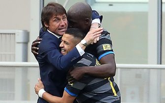 Inter Milan s coach Antonio Conte (L) jubilates with his players after the goal scored by Matteo Darmian during the Italian serie A soccer match between FC Inter  and Hellas Verona at Giuseppe Meazza stadium in Milan, 25  April 2021. ANSA / MATTEO BAZZI