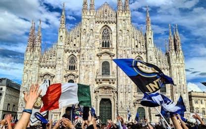 Scudetto Inter, tifosi in festa in Piazza Duomo