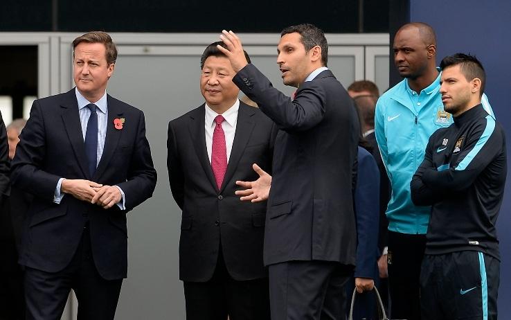 Il presidente cinese Xi Jinping con David Cameron e i giocatori del City