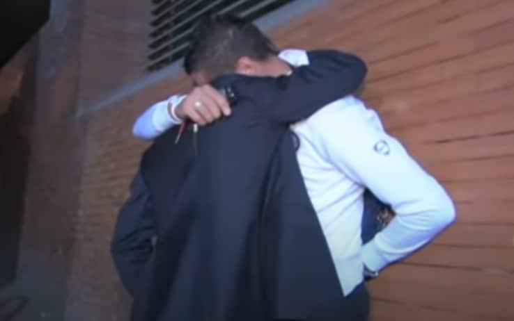 L'abbraccio tra Materazzi e Mourinho dopo la Champions vinta a Madrid