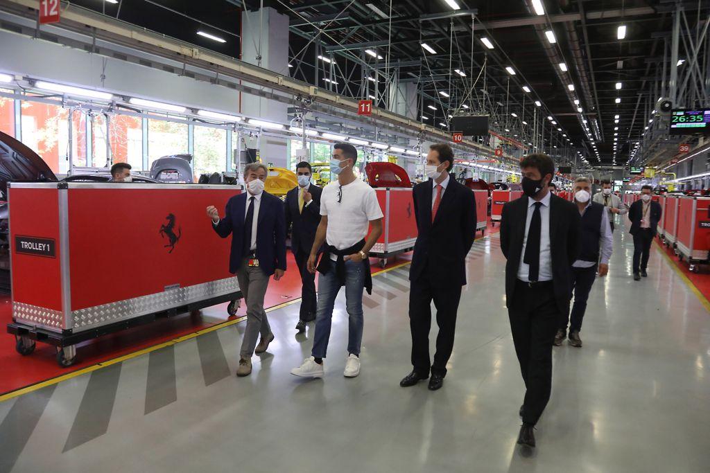 Cristiano Ronaldo visita lo stabilimento della Ferrari