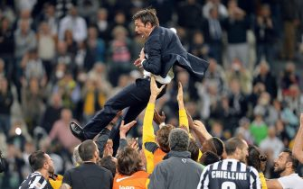 """Juventus' coach Antonio Conte celebrated by his players at the end of the Italian Serie A soccer match Juventus FC vs Atalanta BC at the Juventus Stadium in Turin, Italy, 05 May 2014. Juventus wins the """"scudetto"""" (Italian soccer championship trophy).ANSA/ALESSANDRO DI MARCO"""
