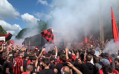 Folla e cori per il Milan in partenza per Bergamo