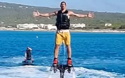 Ibra emerge dalle acque con il flyboard. VIDEO