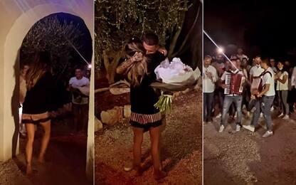 Sensi, serenata romantica per la sua Giulia! VIDEO