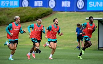 COMO, ITALY - JULY 26: (L-R) Radja Nainggolan of FC Internazionale, Federico Dimarco of FC Internazionale, Hakan Calhanoglu of FC Internazionale during the FC Internazionale training session at the club's training ground Suning Training Center at Appiano Gentile on July 26, 2021 in Como, Italy. (Photo by Mattia Ozbot - Inter/Inter via Getty Images)