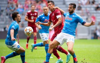 31 July 2021, Bavaria, Munich: Football: Test matches, FC Bayern München - SSC Napoli at Allianz Arena. Robert Lewandowski (M) of Munich and Kostas Manolas (r) and Mario Rui of Napoli fight for the ball. Photo: Sven Hoppe/dpa - IMPORTANT NOTE: In accordance with the regulations of the DFL Deutsche Fußball Liga and/or the DFB Deutscher Fußball-Bund, it is prohibited to use or have used photographs taken in the stadium and/or of the match in the form of sequence pictures and/or video-like photo series.