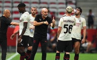 NICE, FRANCE - JULY 31: Ac Milan Coach Stefano Pioli gives instructions to his players during the Pre-Season Friendly match between OGC Nice v AC Milan at Allianz Riviera on July 31, 2021 in Nice, France. (Photo by Claudio  Villa/AC Milan via Getty Images)