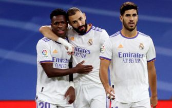 epa09482371 Real Madrid's striker Karim Benzema (C) celebrates with teammates Vinicius Jr (L) and Marco Asensio (R) after scoring the 1-0 goal  during the Spanish LaLiga soccer match between Real Madrid and RCD Mallorca held at Santiago Bernabeu stadium in Madrid, central Spain, 22 September 2021.  EPA/Juanjo Martin