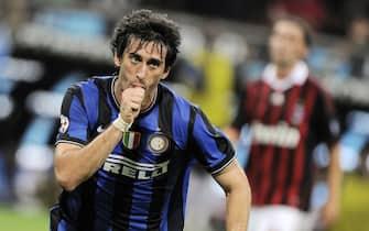20090829 - MILANO - CALCIO: MILAN - INTER. L'esultanza di Miltio per il gol del 2 a 0 neroazzurro segnato su rigore questa sera , 29 agosto 2009, allo stadio Meazza di Milano.DANIEL DAL ZENNARO/ANSA
