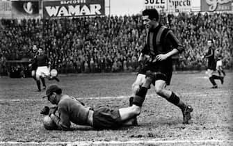 ©lapressearchivio storicosportcalcioTorino anni '50Istvan Nyersnella foto: Romano, portiere del Torino, para sui piedi del giocatore dell' Inter Istvan Nyers BUSTA 12629