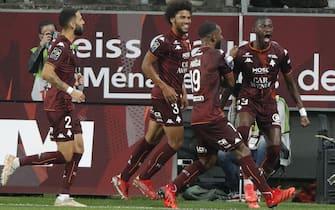 epa09482366 Metz's Kiki (R) celebrates after scoring a goal against Paris during the French Ligue 1 soccer match, Paris Saint Germain vs FC Metz at the Saint-Symphorien stadium in Metz, France, 22 September 2021.  EPA/YOAN VALAT