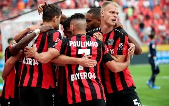 epa09423531 Leverkusen's Patrik Schick (L) celebrates with his teammates after scoring the 2-0 lead during the German Bundesliga soccer match between Bayer 04 Leverkusen and Borussia Moenchengladbach in Leverkusen, Germany, 21 August 2021.  EPA/FRIEDEMANN VOGEL CONDITIONS - ATTENTION: The DFL regulations prohibit any use of photographs as image sequences and/or quasi-video.