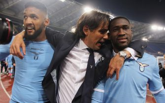ROME, ITALY - APRIL 04:  SS Lazio head coach Simone Inzaghi with Wallace (L) and Bastos celebrate after the TIM Cup match between AS Roma and SS Lazio at Stadio Olimpico on April 4, 2017 in Rome, Italy.  (Photo by Paolo Bruno/Getty Images)