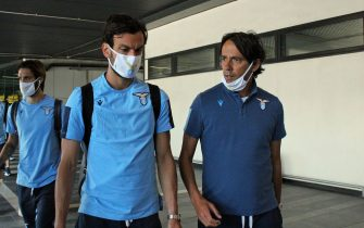Marco Parolo e Simone Inzaghi rientrano a Roma dopo la sconfitta ieri sera della Lazio contro l'Atalanta, alla ripresa della Serie A, Fiumicino, 25 giugno 2020.ANSA/ TELENEWS