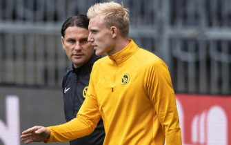 epa07781752 Young Boys' Frederik Soerensen (R) and head coach Gerardo Seoane (L) arrive for their team's training session in Bern, Switzerland, 20 August 2019. BSC Young Boys will face Red Star Belgrad in their UEFA Champions League playoff, first leg soccer match on 21 August 2019.  EPA/PETER SCHNEIDER