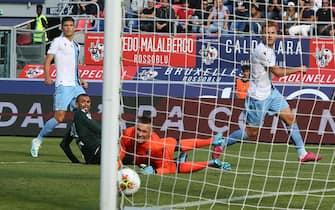 Lazio's Ciro Immobile scores the goal 2-2 during the italian serie A soccer match Bologna Fc vs SS Lazio Ss at the Renato Dall'Ar  stadium in Bologna, Italy, 6 October 2019. ANSA/GIORGIO BENVENUTI