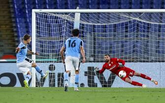 Lazio's Ciro Immobile (L) scores on penalty the 1-1 goal during the Italian Serie A soccer match SS Lazio vs ACF Fiorentina at Olimpico stadium in Rome, Italy, 27 June 2020. ANSA/ANGELO CARCONI