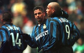 MI-08-10/01/99- MILANO-SPR-CALCIO: INTER VENEZIA. L' esultanza di Roberto Baggio e Ronaldo dopo il gol .   FERRARO/MORI  ANSA