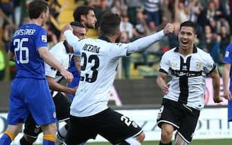 Josè Mauri of Parma (R) celebrates with teammates after scoring the 1-0 goal lead against Juventus during Italian Serie A soccer match Parma-Juventus at Ennio Tardini stadium in Parma, 11 April 2015..ANSA/SERENA CAMPANINI