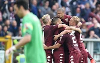 Esultanza di Matteo Darmian con i compagni di squadra del Torino dopo il goal dell'1-1 durante il derby Torino-Juventus allo stadio Olimpico, Torino, 26 Aprile 2015. ANSA/ ALESSANDRO DI MARCO