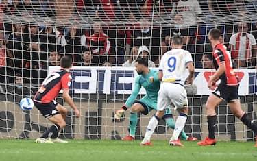 Verona's Nikola Kalinic (R) score the gol during the Italian Serie A match, Genoa CFC vs Hellas Verona at Luigi Ferraris stadium in Genoa, Italy, 25 September 2021.ANSA/LUCA ZENNARO