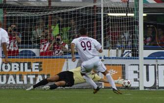 ©Marco Lussoso / LaPresse11-09-2004 MilanoSport CalcioMilan Livorno campionato serie A 2004 2005Nella foto Gol Lucarelli