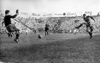 ***** Collection Juventus *****© Lapressearchivio storicosportcalcioMilano 01/06/1952Internella foto: Inter Juve 3 a 2.La terza rete di Lorenzi.BUSTA 1954
