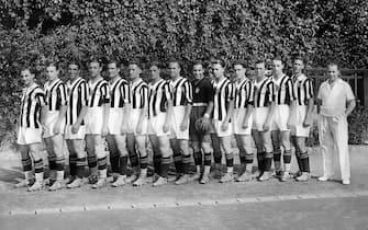 *** Collection Juventus ***Foto Publifoto/LaPresseanno 1931/1932Archivio StoricoSport CalcioFormazione della Juventus del 1930/31Nella foto: Da sinistra: Sernagiotto, Orsi, Vecchina, Caligaris, Monti, Ferrero, Cesarini, Ferrari, Combi, Rosetta, Munerati, Varglien I, Bertolini, Varglien II, Carcano (allenatore).Photo Publifoto/LaPresse1930/31'sHistorical ArchiveSport Soccerjuventus team 1931/1932In the photo: the juventus team Da sinistra: Sernagiotto, Orsi, Vecchina, Caligaris, Monti, Ferrero, Cesarini, Ferrari, Combi, Rosetta, Munerati, Varglien I, Bertolini, Varglien II, Carcano (allenatore).