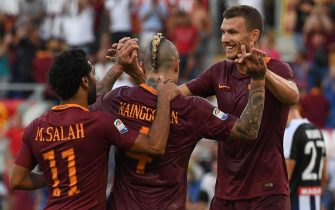 Roma's Edin Dzeko (R) jubilates with his teammates Radja Nainggolan and Mohamed Salah (L) after scoring the goal during the Italian Serie A soccer match AS Roma vs Udinese Calcio at Olimpico stadium in Rome, Italy, 20 August 2016.ANSA/ALESSANDRO DI MEO