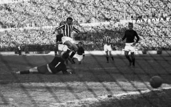***** Collection Juventus *****© Silvio Durante / Archivio Storico LAPRESSE20-04-1952  JUVENTUS-TORINO 6-0CAMPIONATO ITALIANO DI CALCIOGoal di MuccinelliNella foto: Goal di MUCCINELLINEG- 31841