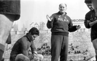 1951 - L'ALLENATORE DEL MILAN SELAJOS CZEIZLER CON LORENZO BUFFON E CARLO ANNOVAZZI, FI, UNGHERESE, TUTA, CAMPO, GIOCATORI, CALCIATORI, SQUADRA, SPORT, ANNI 50, ITALIA, B/N, 03-00017327
