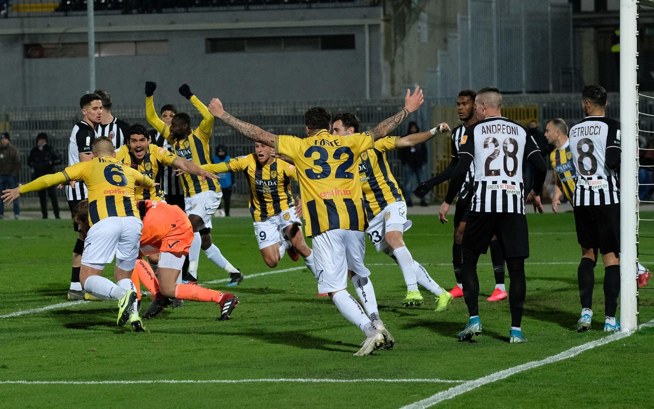 L'esultanza della Juve Stabia dopo il 2-2 del portiere Provedel contro l'Ascoli