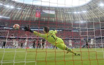 goal to 1-0 by Leroy SANE (FC Bayern Munich) by free kick versus Manuel RIEMANN (goalwart BO), action, shot, behind goal camera, behind goal perspective. Soccer 1st Bundesliga season 2021/2022, 5th matchday, matchday05. FC Bayern Munich-FL Bochum 7-0, on September 18, 2021, ALLIANZARENA Muenchen.