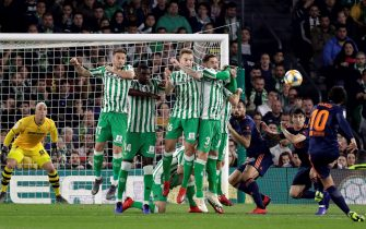 epa07351293 Valencia's midfielder Dani Parejo (R) kicks a free kick during the Spanish King's Cup semifinal first leg soccer match between Real Betis and Valencia CF at Benito Villamarin stadium in Seville, Andalusia, Spain, 07 February 2019.  EPA/JULIO MUNOZ