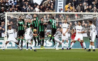 Juventus' midfielder Miralem Pjanic , center, hits a free kick during the Italian Serie A soccer match US Sassuolo vs Juventus FC at Mapei Stadium in Reggio Emilia, Italy, 29 January 2017. ANSA/ELISABETTA BARACCHI