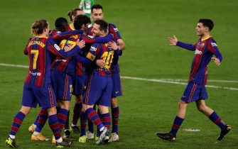 epa08994834 FC Barcelona players celebrate a goal during the Spanish La Liga soccer match between Real Betis and FC Barcelona at Benito Villamarin stadium in Seville, southern Spain, 07 February 2021.  EPA/Julio Munoz