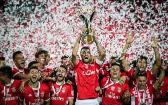epaselect epa07757067 Benfica's players holding up the trophy after wining the Portuguese Candido de Oliveira Supercup soccer match between Benfica Lisbon and Sporting Lisbon at Algarve Stadium in Faro, Portugal, 04 August 2019.  EPA/MARIO CRUZ