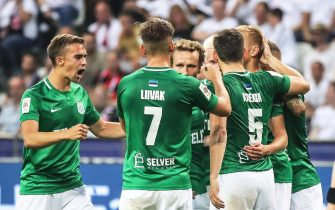 epa07752343 Flora Tallinn players celebrate their 1-1 equalizer during the UEFA Europa League second qualifying round, second leg soccer match between Eintracht Frankfurt and FC Flora Tallinn in Frankfurt Main, Germany, 01 August 2019.  EPA/ARMANDO BABANI