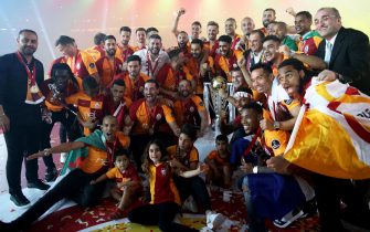 epa06753170 Galatasaray's players hold the trophy during a victory ceremony of Turkish Super League 2017-2018 season at the Turk Telekom Arena stadium in Istanbul, Turkey, 20 May 2018.  EPA/ERDEM SAHIN
