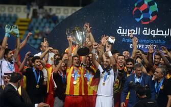 epa06129421 Esperance de Tunis players celebrates with the trophy after winning the Arab Club Championship final match between Al-Faisaly  vs Esperance de Tunis at Alexandria Stadium in Alexandria, Egypt, 06 August 2017.  EPA/MOHAMED HOSSAM