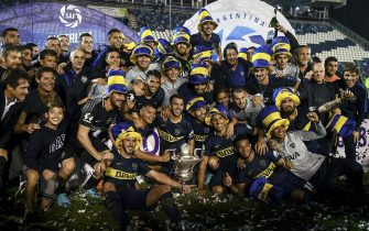epa06724315 Boca Juniors players poses with the trophy after winning the Argentine Super League in La Plata, Argentina, 09 May 2018.  EPA/RAMIRO GOMEZ