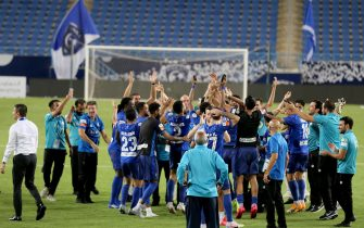 epa08634697 Players and coaching staff of Al-Hilal celebrate winning the Saudi Professional soccer League after the match between Al-Hilal and Al-Hazm, in Riyadh, Saudi Arabia, 29 August 2020.  EPA/STR